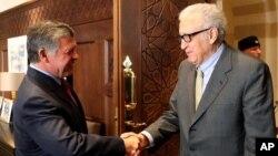 23일 요르단을 방문한 라크다르 브라히미 유엔-아랍연맹 시리아 특사(오른쪽)가 압둘라 2세 요르단 국왕과 악수하고 있다. 브라히미 특사는 시리아 평화회담의 조속한 개최를 위한 지지를 촉구했다.