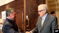 Nhà vua Jordan Abdullah II (trái) bắt tay với đặc sứ LHQ về vấn đề Syria Lakhdar Brahimi, tại Cung điện Hoàng gia Jordan ở Amman, Jordan, 23/10/2013.