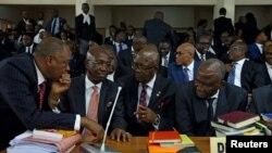 Les avocats défendant le président de la cour suprême Walter Onnoghen devant le Tribunal du code d'éthique à Abuja, Nigeria, le 22 janvier, 2019.