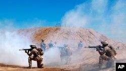 Pasukan koalisi dari Australia dan Selandia Baru dalam sebuah latihan di Pangkalan Udara Taji, utara Baghdad, Irak, 17 April 2019.