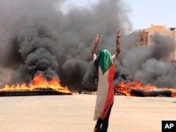 Di Sudan, protes telah terjadi selama berbulan-bulan di luar markas besar militer.