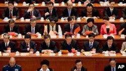 Các đại biểu trong cuộc bỏ phiếu tại Đại Sảnh đường Nhân dân ở Bắc Kinh.