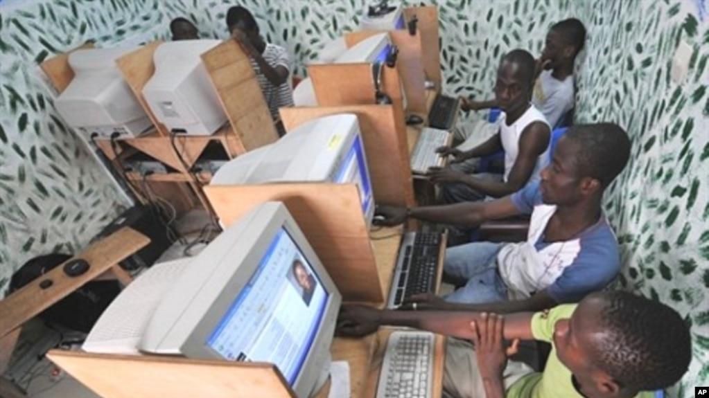 Jeunes Ivoiriens dans un cyber café d' Abidjan. (archives)