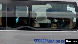 En la imagen, migrantes deportados recientemente desde EE.UU. llegan a Honduras.