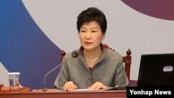박근혜 한국 대통령이 28일 청와대에서 열린 영상 국무회의에서 모두발언을 하고 있다.