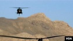 Dua buah helikopter NATO jenis 'Chinook' terbang di atas Afghanistan. Tembakan helikopter NATO di provinsi Helmand diduga mengenai sebuah mobil sipil, Jumat (25/3).