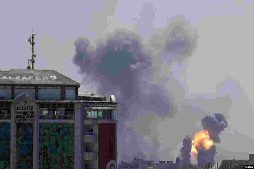 بعد از تهدید و حملات محدود از غزه، ارتش اسرائیل چند نقطه در شهر غزه را هدف قرار داد که دست کم سه نفر کشته شدند.