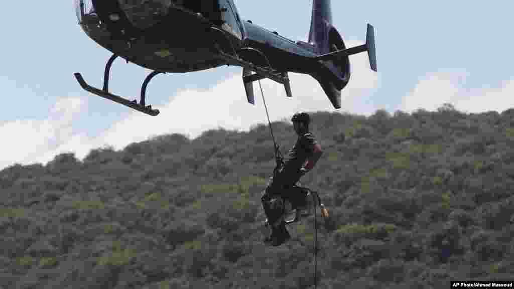 Un hélicoptère de patrouille lors d'exercice de lutte le braconnage de rhinocéros blanc en Afrique du Sud.
