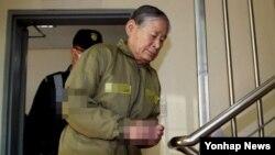 세월호 선사인 청해진해운 관계자들에 대한 선고 재판이 예정된 20일 김한식 청해진해운 대표가 광주지방검찰청 구치감에 들어서고 있다. 검찰은 김 대표에 대해 징역 15년과 벌금 200만원을 구형했다.