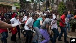 Thường dân đổ xô chạy khỏi Trung tâm thương mại Westgate ở Nairobi, ngày 21/9/2013.