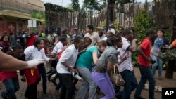 9月21日被困在内罗毕商厦里的民众设法逃出大厦
