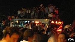 Un grupo de jóvenes hizo tambalear un ómnibus, al que se subieron para festejar la victoria celeste.