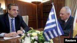 Menteri Keuangan Jerman Wolfgang Schaeuble (kanan) melakukan pembicaraan dengan PM Yunani Antonis Samaras di Athena (18/7).