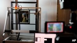 """Un escáner Macro XRF es usado para estudiar la superficie de la obra maestra """"Joven con un pendiente de perlas"""", de Johannes Vermeer, en el Museo Mauritshuis de La Haya, Holanda. Febrero 26, 2018."""