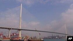 昂船洲大桥下的葵青货柜码头是香港最大的货物集散中心
