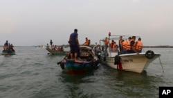 امدادی کارکن میگھنا دریا میں کشتی حادثے میں بچنے والوں کی تلاش کررہے ہیں