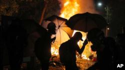 香港反送中人士去年11月占领中文大学期间与警方发生激烈冲突(资料照片)