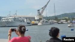 一名女子在菲律宾苏比克湾港口拍照(资料照片)