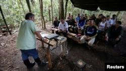 Marco Leon Calarcá, (T ) là thành viên của Các lực lượng vũ trang cách mạng Colombia ( FARC ), nói chuyện với các thành viên của FARC tại một khu trại để chuẩn bị cho kì đại hội sắp tới, nhằm phê chuẩn một thỏa thuận hòa bình với chính phủ, gần El Diamante, Yari Plains, Colombia, tháng 09.