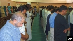 Muslim worshipers pray during midday prayer service at ADAMS center mosque, 13 Aug 2010