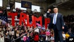 Kandidat presiden AS dari Partai Republik Donald Trump dalam kampanye di Johnstown, Pennsylvania, Jumat (21/10). (AP/Evan Vucci)
