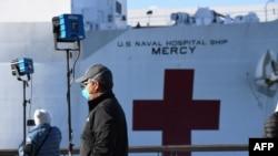 Tàu bệnh viện Mercy của Hải quân Mỹ đến cảng Los Angeles ngày 27/3/2020 để giúp các bệnh viện địa phương chữa trị COVID-19.