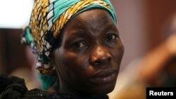 Wata mahafiyar daya daga cikin'yan mata fiye da 200 da aka sace a garin Chibok wadda kuma ba'a tantance ko wacece ba ta hasala yayin da ake taron manema labaran a Legas ranar 5 ga watan Yuni, 2014.