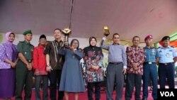 Segenap jajaran forum pimpinan daerah Kota Surabaya dalam acara penyerahan piala Adipura Kencana di Balai Kota, Jumat (6/6). (VOA/Petrus Riski)