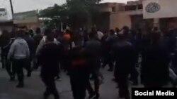 عکسی که روز یکشنبه ۴ آذر، از ادامه اعتراضات کارگران نیشکر هفت تپه در بیست و یکمین روز منتشر شد.