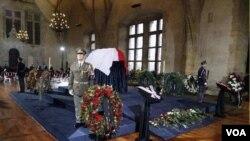 Jenazah mantan presiden Vaclav Havel disemayamkan di Istana Praha (21/12).