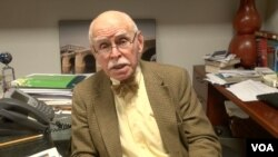 2013年11月纽约大学亚美法学研究所的资深教授孔杰荣接受美国之音采访(美国之音拍摄)