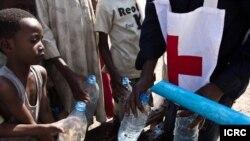 Distribution d'eau aux enfants déplacés de Ndélé