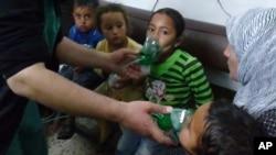 시리아 반 정부 단체가 지난달 16일 공개한 사진. 시리아 정부군이 염소 가스 공격을 가했다는 주장이 나온 지역에서 어린이들이 마스크를 쓰고 산소를 공급받고 있다. (자료사진)