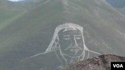 乌兰巴托郊外山上的成吉思汗像(美国之音白桦拍摄)