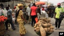 Un homme vend de l'igname au marché d' Obalende à Lagos, Nigeria, 14 janvier 2012.