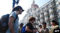 Cảnh sát kiểm tra đồ đạc của khách du lịch nước ngoài tại một trạm kiểm soát an ninh bên ngoài khách sạn Taj Mahal Palace, Mumbai, 24/12/2010