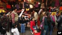 Dân Ấn Ðộ mua sắm tại một cửa hàng ở New Delhi