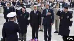 ລັດຖະມົນຕີ ຕ່າງປະເທດຝຣັ່ງ ທ່ານ Laurent Fabius (ທີສອງຈາກຊ້າຍ) ແລະ ລັດຖະມົນຕີຕ່າງປະເທດ ສະຫະລັດ ທ່ານ John Kerry (ທີສອງຈາກຂວາ)