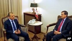 Menteri Luar Negeri LebanonGebran Bassil (kiri) saat bertemu dengan Penjabat Wakil Menteri Luar NegeriAS, David Satterfield, di Beirut, Lebanon, 7 Februari 2018. (Foto: dok).