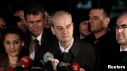 Mantan Panglima Angkatan Darat Turki Ilker Basbug (tengah) memberikan keterangan kepada media setelah dibebaskan dari hukuman penjara seumur hidup, di luar komplek penjara Silivri dekat Istanbul (7/3).