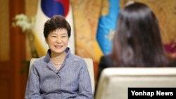 박근혜 한국 대통령이 지난 13일 청와대에서 미 'CNN' 방송과 인터뷰를 하고 있다. 청와대 제공 사진.