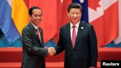 លោកប្រធានាធិបតីចិន Xi Jinping ចាប់ដៃជាមួយនឹងលោកប្រធានាធិបតីឥណ្ឌូនេស៊ី Joko Widodo ក្នុងកិច្ចប្រជុំ G20 ក្នុងក្រុង Hangzhou ប្រទេសចិន កាលពីថ្ងៃទី៤ ខែកញ្ញា ឆ្នាំ២០១៦។