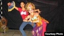 Claire Hefner banyak mempelajari berbagai tari-tarian tradisional selama tinggal di Indonesia (foto/dok: Claire Hefner)