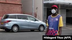 Un gardien de voiture dans les rues de Windhoek en Namibie le 16 mars 2020.