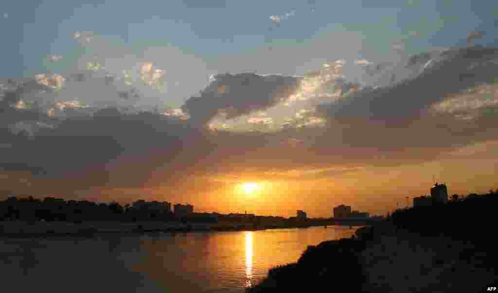 نمایی از غروب آفتاب در آسمان بغداد