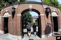 美国麻萨诸塞州剑桥的哈佛大学校园的一座门,有人走过。