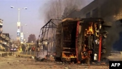 Một chiếc xe cảnh sát bị đốt cháy ở phía nam Srinagar, Ấn Độ, 17/11/2010