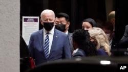 جو بایدن، رییس جمهور ایالات متحده، هنگام بازدید از یک شفاخانه نظامی واقع در ایالت مریلند
