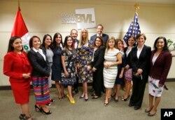 Ivanka Trump al centro de una reunión de mujeres en Lima.
