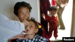 북한 황해북도의 한 병원에서 여자 어린이가 유니세프기 제공한 약을 복용하고 있다. (자료사진)